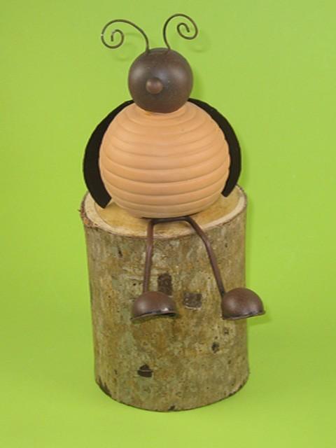 sitzender k fer aus terracotta und metall gartendeko 2 haus und garten gartendekoration tiere. Black Bedroom Furniture Sets. Home Design Ideas